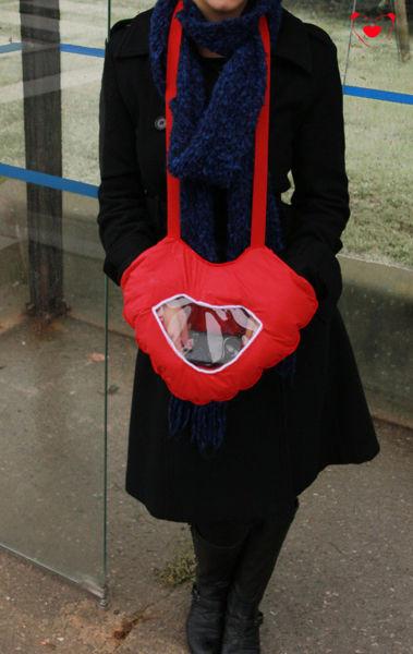 Manusa in forma de inima cu fereastra pentru telefon 1
