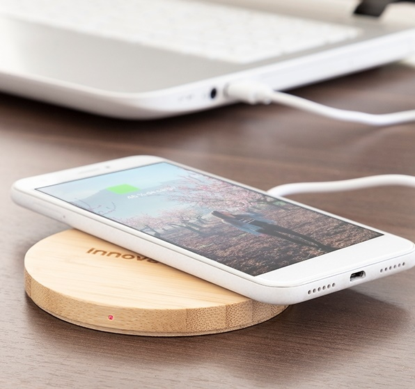 Încărcător wireless din bambus 2
