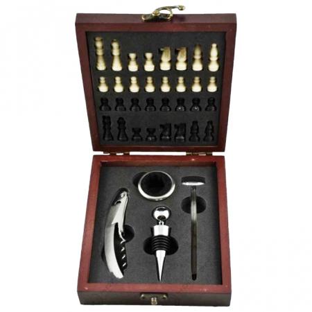 Accesorii pentru vin si sah in cutie de lemn1