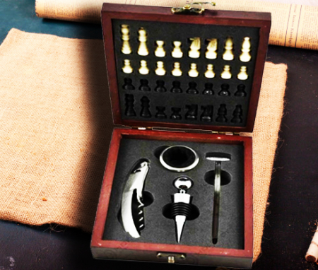 Accesorii pentru vin si sah in cutie de lemn0