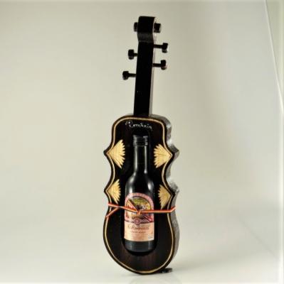 Suport din lemn vioara cu sticluta de vin0