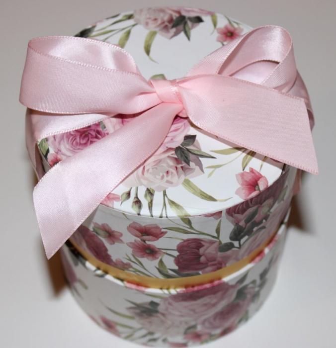 Aranjament trandafiri de sapun roz si ivoire in cutie cilindrica 3