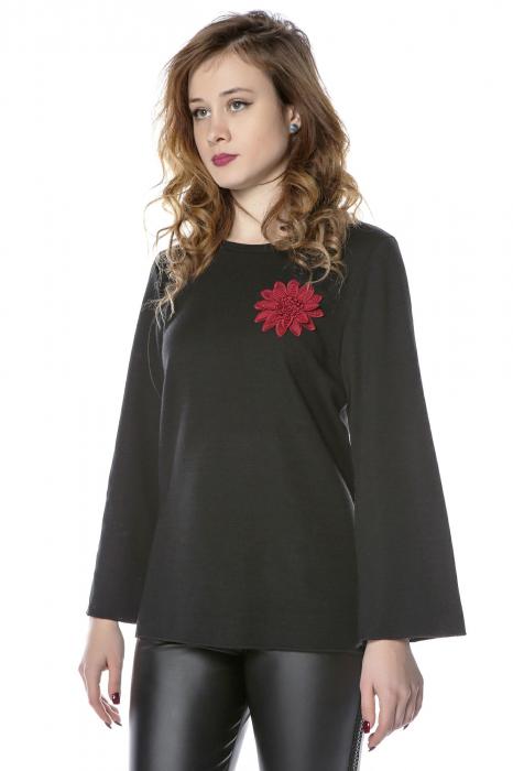 Bluza neagra din jerse cu floare aplicata B121 1
