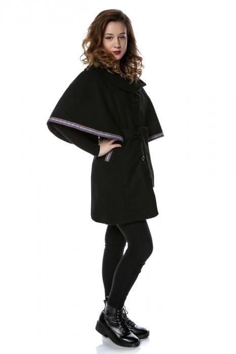 Capa dama din stofa neagra cu banda brodata aplicata si cordon CA14