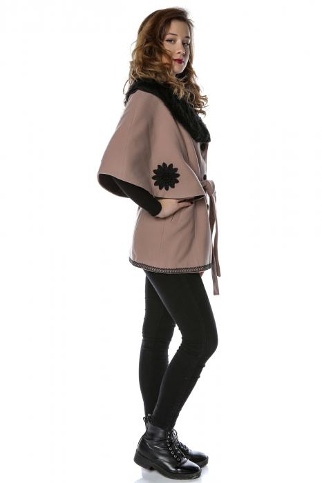 Capa dama din stofa roz pudra cu flori brodate si guler de blana CA13 1