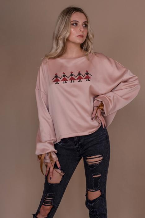 Bluza oversize roz cu maneci lungi si imprimeu traditional 1