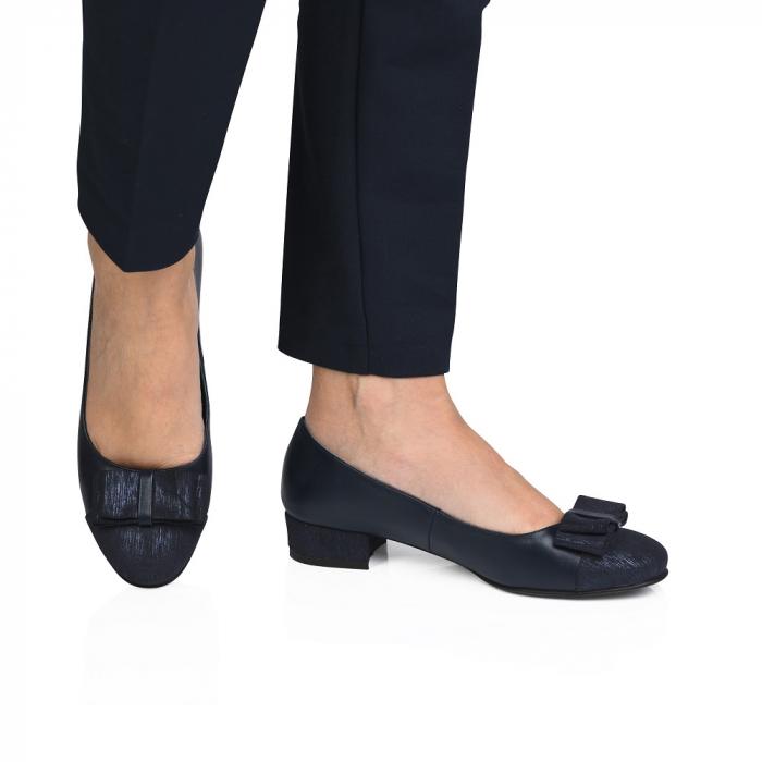Pantofi bleumarin cu toc mic din piele naturala 0