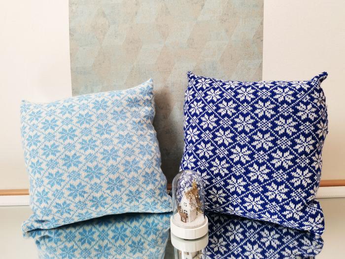 Perna decorativa cu model de iarna albastru 2