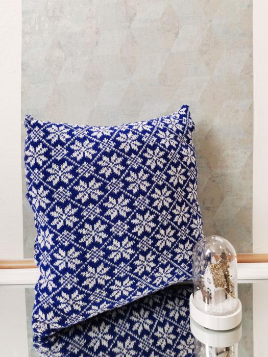 Perna decorativa cu model de iarna albastru 3