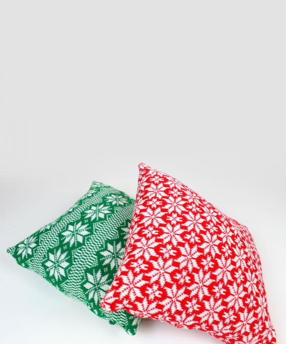 Perna decorativa cu model de iarna rosu 3