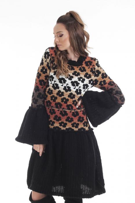 Rochie tricotata neagra cu model floral si maneci cu volane 3