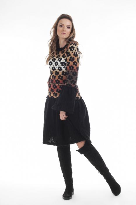 Rochie tricotata neagra cu model floral si maneci cu volane 1
