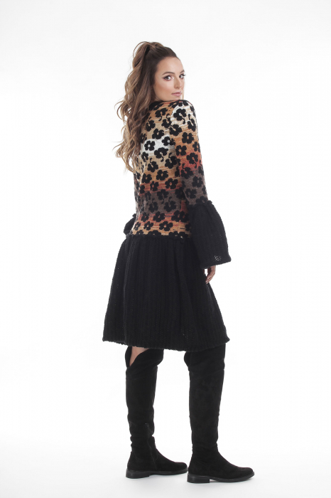 Rochie tricotata neagra cu model floral si maneci cu volane 2