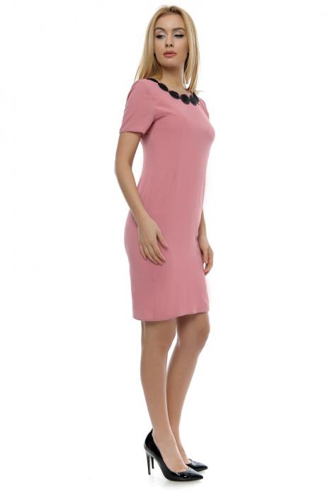 Rochie roz cu maneci scurte si aplicatie brodata la gat RO147