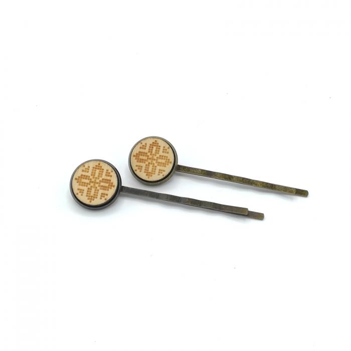 Set agrafe din lemn cu model traditional 02