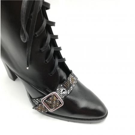 Botine negre din piele naturala cu insertie multicolora accesorizata cu catarama3