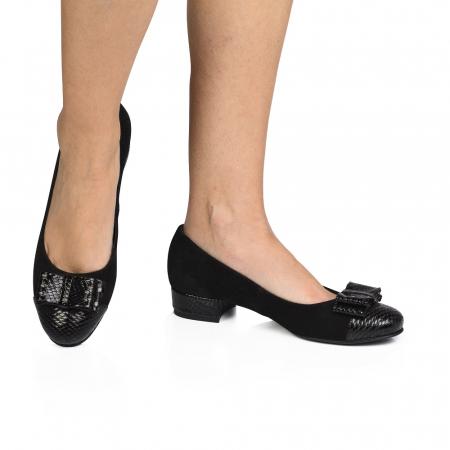 Pantofi negri cu toc mic din piele naturala0