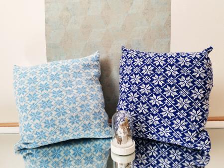 Perna decorativa cu model de iarna albastru2