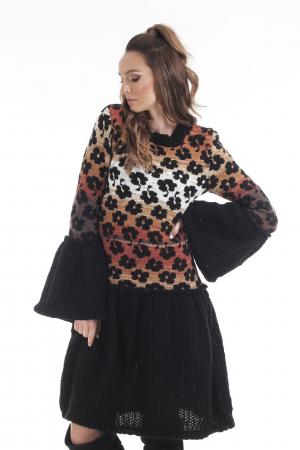 Rochie tricotata neagra cu model floral si maneci cu volane3