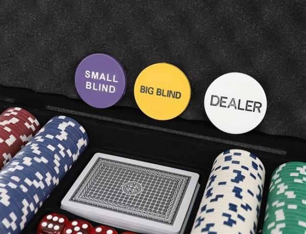Set De Poker 300 Jetoane Servieta Aluminiu 5 Zaruri  2 Pachete Carti De Joc 4