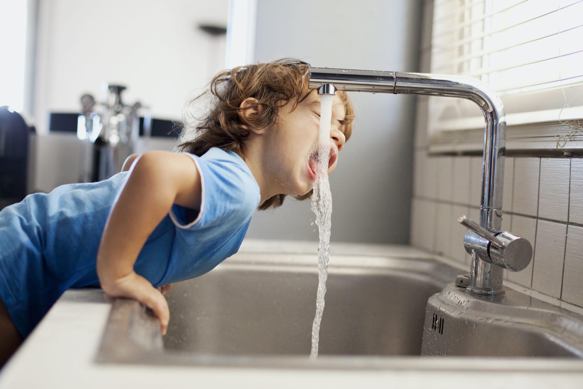 Cum alegem sistemul de purificare apa pentru hidratarea copiilor
