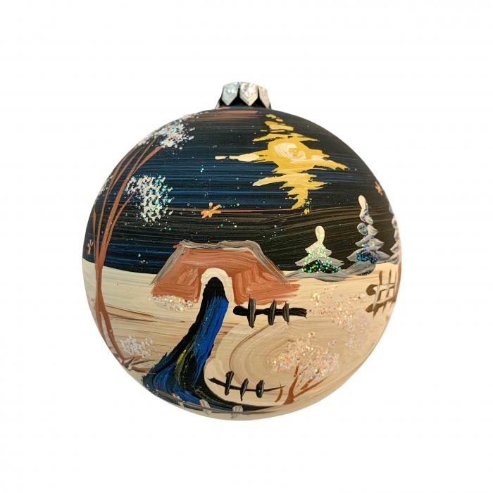 glob-din-sticla-suflata-si-pictata-manual-argcoms-fabrica-lui-mos-craciun-noaptea-la-cabana-multicolor-fond-negru-100-mm-sferic-6615-6617 1
