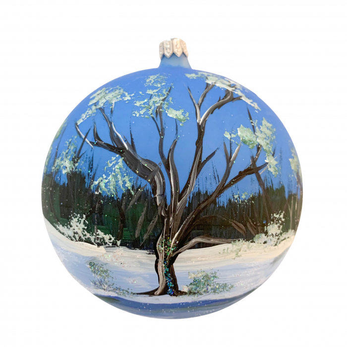 glob-din-sticla-suflata-si-pictata-manual-argcoms-fabrica-lui-mos-craciun-peisaj-de-iarna-in-padure-multicolor-fond-albastru-120-mm-sferic-6567-6568 1
