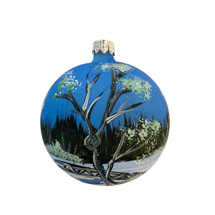 glob-din-sticla-suflata-si-pictata-manual-argcoms-fabrica-lui-mos-craciun-peisaj-de-iarna-in-padure-multicolor-fond-rosu-albastru-80-mm-sferic-6664-6667 0
