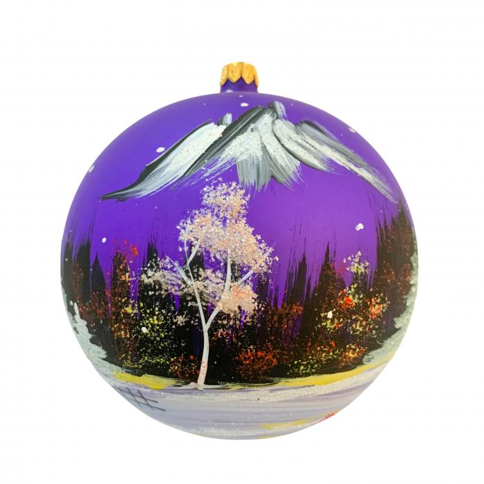 glob-din-sticla-suflata-si-pictata-manual-argcoms-fabrica-lui-mos-craciun-peisaj-montan-multicolor-fond-mov-120-mm-sferic-6591-6592 1