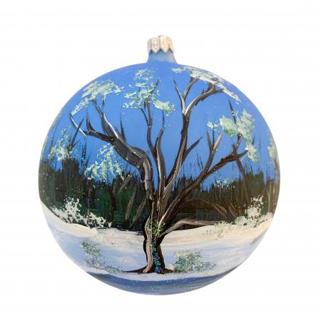 Glob din sticla suflata si pictata manual, Argcoms, Fabrica lui Mos Craciun, Peisaj de iarna in padure, Multicolor, Fond albastru, 120 mm, Sferic1