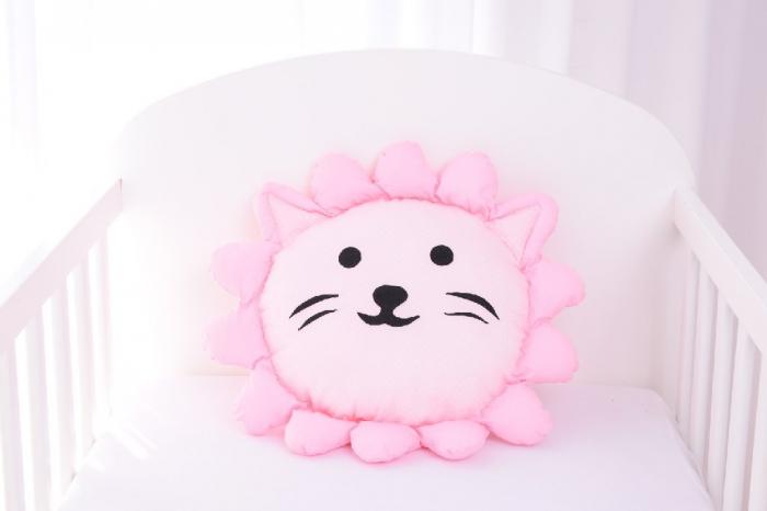Perna decorativa leul Lulu pink 1