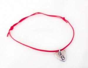 Bratara personalizata, cu initiala gravata pe inimioara placata cu platina, cu snur ajustabil [1]