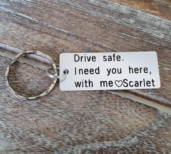 Breloc personalizat, Breloc Drive safe, I need you here with me,  gravat pe dreptunghi din aluminiu 3