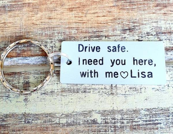 Breloc personalizat Drive safe, I need you here with me, gravat pe dreptunghi din aluminiu 1