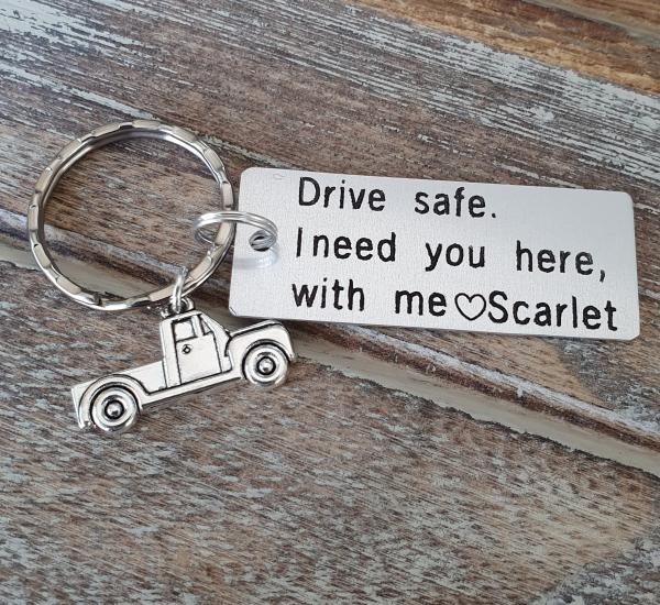 Breloc personalizat, Breloc Drive safe, I need you here with me,  gravat pe dreptunghi din aluminiu cu charm camioneta 1