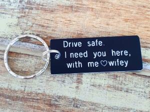 Breloc personalizat cu mesajul Drive safe, I need you here with me, gravat pe dreptunghi din aluminiu [3]