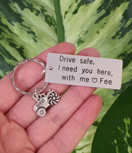 Breloc personalizat, Breloc Drive safe, I need you here with me, gravat pe dreptunghi din aluminiu cu charm tractor [2]