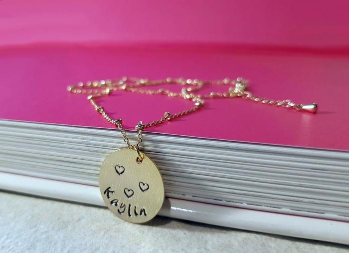 Colier minimalist, placat cu aur, personalizat cu nume pe banut gravat [3]