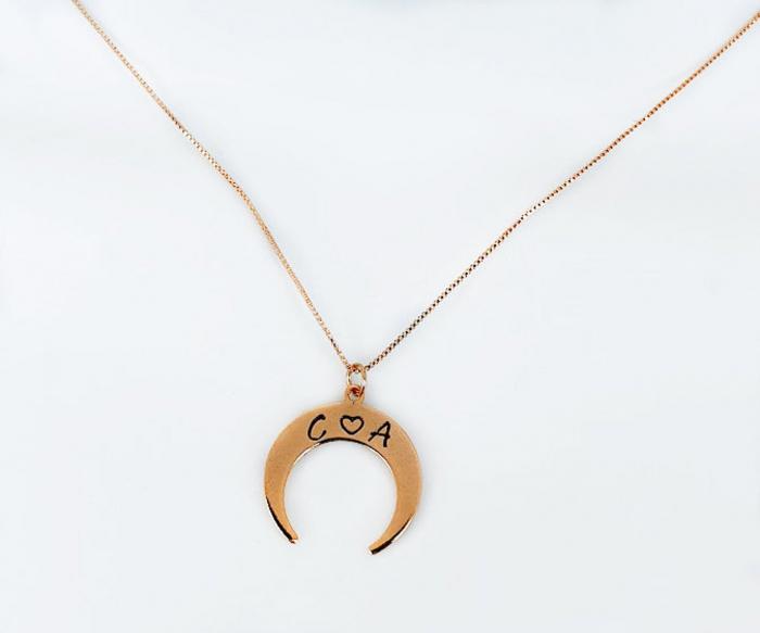 Colier personalizat cu pandant semiluna gravata cu initiale, placat cu aur [4]