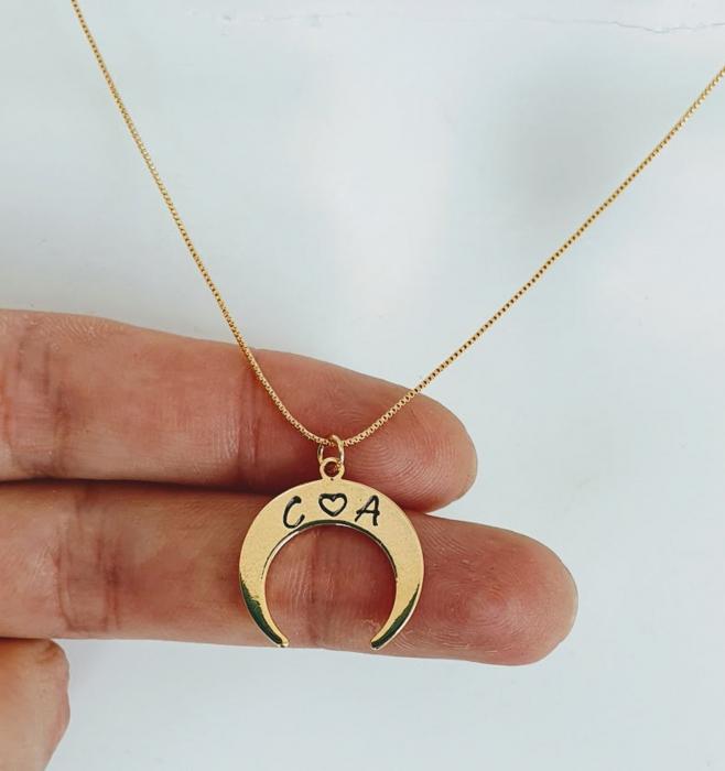 Colier personalizat cu pandant semiluna gravata cu initiale, placat cu aur [3]