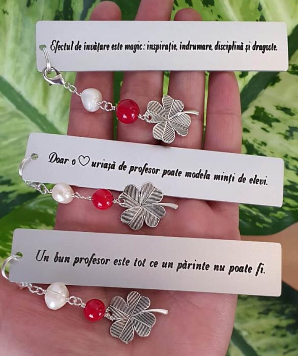 Semn de carte Martisor cu mesaj personalizat, cu coral rosu, perla de cultura si charm trifoi, potrivit pentru invatatori sau profesori [2]