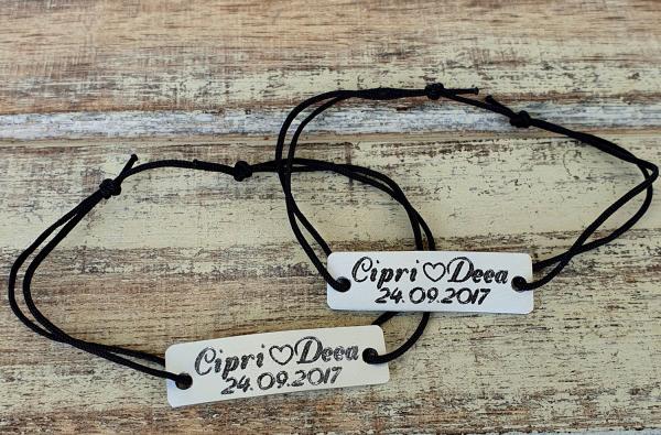 Set de 2 bratari personalizate pentru cuplu gravate cu nume si data pe placuta aluminiu cu snur din bumbac ajustabil 9