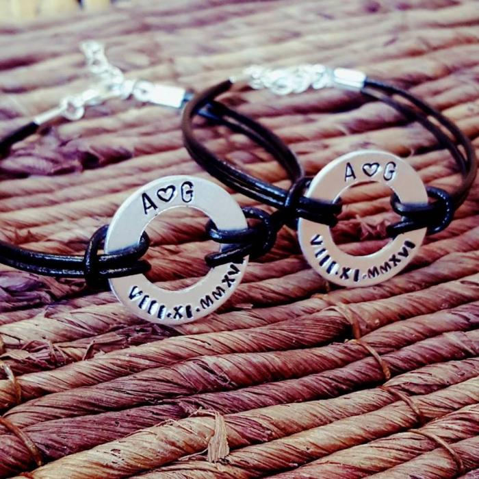 Set de 2 bratari personalizate pentru cuplu, cu initiale si data gravata pe banut gaurit, cu snur din piele [7]