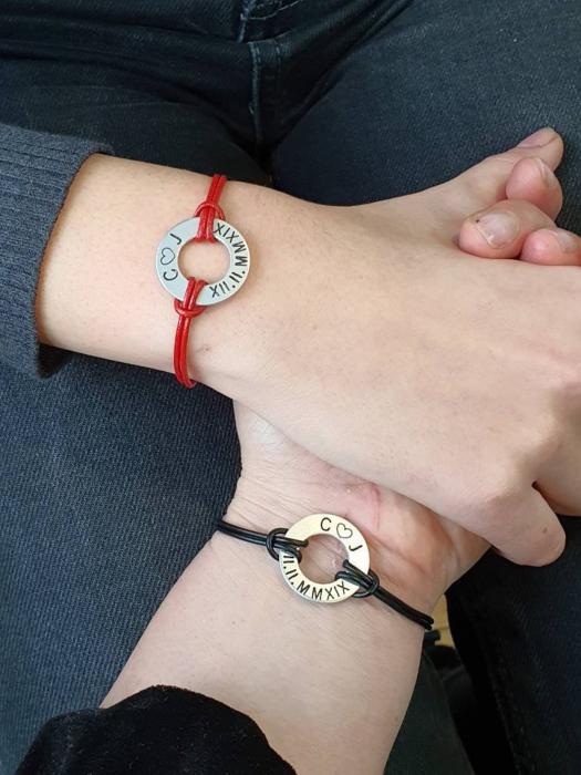 Set de 2 bratari personalizate pentru cuplu, cu initiale si data gravata pe banut gaurit, cu snur din piele [6]
