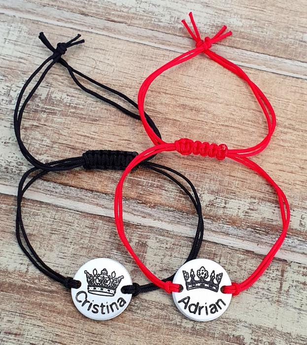 Set de 2 bratari personalizate pentru cuplu, cu nume si coronita de rege si regina, gravate pe banut din aluminiu, cu snur ajustabil, inchidere macrame [3]