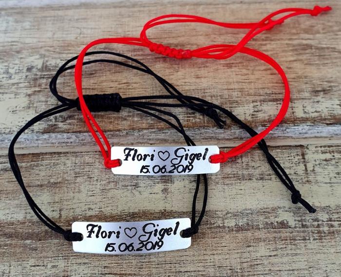 Set de 2 bratari personalizate pentru cuplu cu nume si data, gravate pe placuta din aluminiu cu snur ajustabil si inchidere macrame [6]