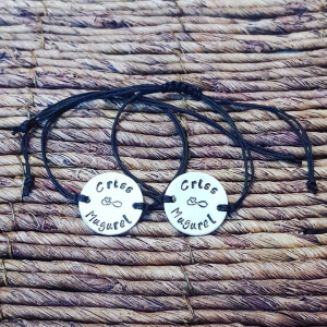 Set de 2 bratari personalizate, pentru cuplu, cu nume si semnul infinitului, gravate pe banut din aluminiu, cu snur special si ajustabil [3]