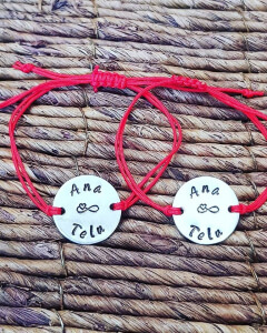 Set de 2 bratari personalizate, pentru cuplu, cu nume si semnul infinitului, gravate pe banut din aluminiu, cu snur special si ajustabil [1]
