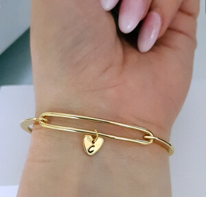 Bratara bangle placata cu aur, fixa, personalizata, cu inimioara gravata cu o initiala [2]