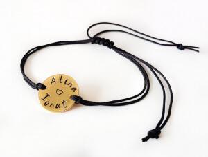 Bratara personalizata cu doua nume, gravata pe banut placat cu aur, cu snur special si ajustabil, potrivite pentru cupluri [1]